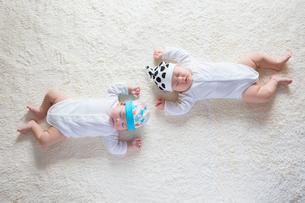 仰向けに寝る日本人の赤ちゃんの写真素材 [FYI01823558]