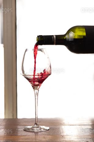 グラスにワインを注ぐの写真素材 [FYI01823574]