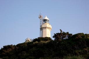 夕陽に染まる佐田岬灯台の写真素材 [FYI01823618]