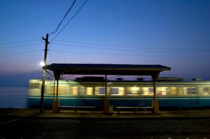 下灘駅とローカル線の写真素材 [FYI01823643]