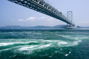 大鳴門橋と鳴門のうず潮の写真素材 [FYI01823894]