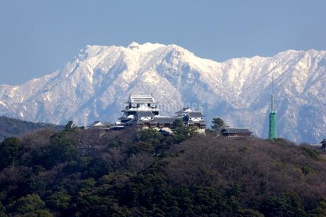 雪の石鎚山と松山城の写真素材 [FYI01823993]