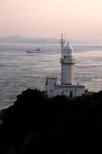 夕陽に染まる佐田岬灯台の写真素材 [FYI01824160]