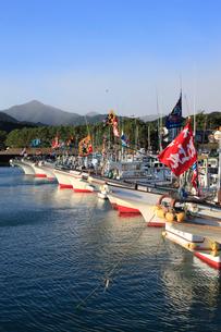 久礼湾の漁船と大漁旗の写真素材 [FYI01824283]