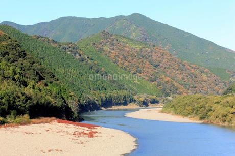 秋の清流四万十川の写真素材 [FYI01824446]