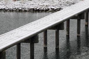四万十川の沈下橋に積もった雪についた足跡の写真素材 [FYI01824463]