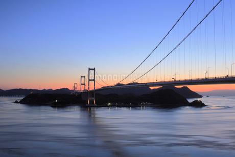 来島海峡大橋と朝焼けの写真素材 [FYI01824519]