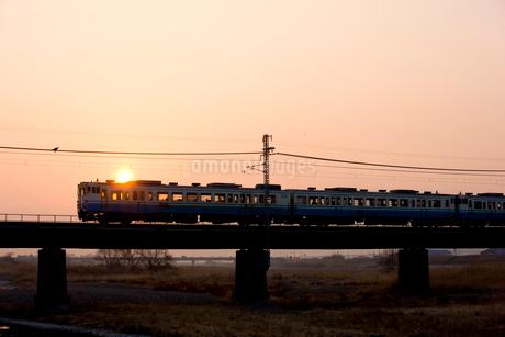 夜明けの鉄橋を渡る列車の写真素材 [FYI01824571]