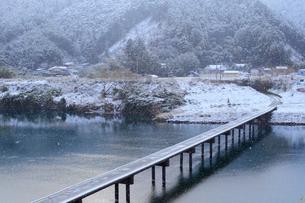 四万十川と三里沈下橋に降る雪の写真素材 [FYI01824603]