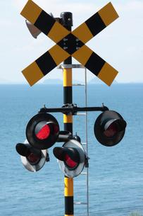 踏切警報機と伊予灘の写真素材 [FYI01824706]