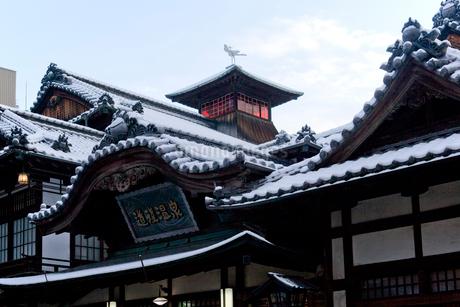 雪化粧した道後温泉本館 の写真素材 [FYI01824723]