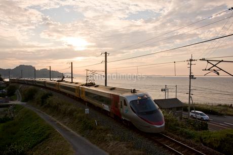 特急列車と夕暮れの瀬戸内海の写真素材 [FYI01824756]