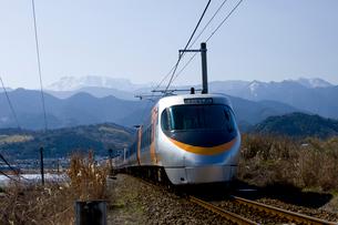 雪の石鎚山と特急列車の写真素材 [FYI01824761]