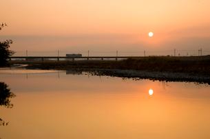 夜明けの鉄橋を渡る列車の写真素材 [FYI01824814]