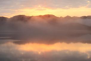 水面に映る朝焼けと朝霧の写真素材 [FYI01824934]