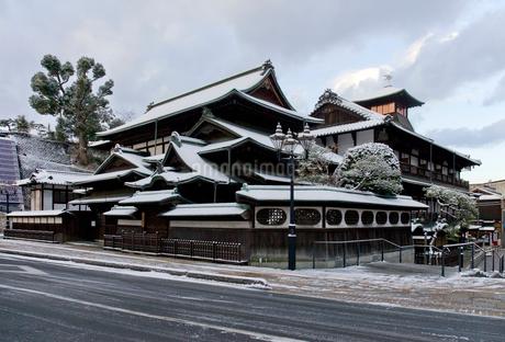 雪化粧した道後温泉本館 の写真素材 [FYI01824949]