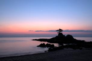夕暮れの浜辺と三日月と金星の写真素材 [FYI01824992]