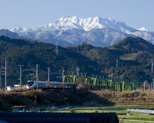 雪の石鎚山と特急列車の写真素材 [FYI01825015]