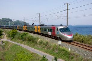 海辺を走る特急列車の写真素材 [FYI01825026]