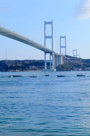 来島海峡大橋と釣り船の写真素材 [FYI01825079]