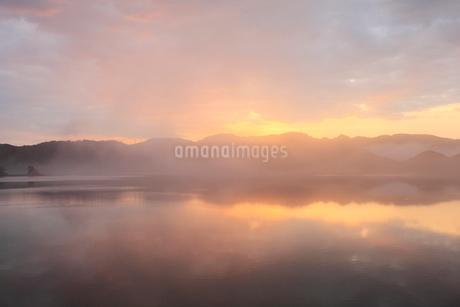 水面に映る朝焼けと朝霧の写真素材 [FYI01825101]