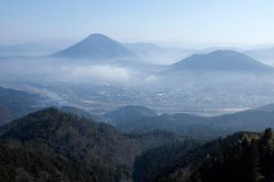 霧の中の大洲盆地の写真素材 [FYI01825235]