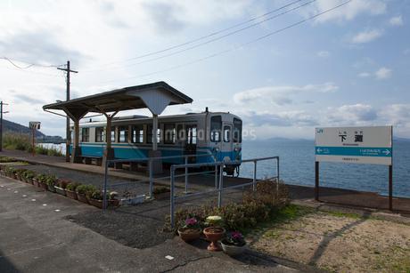 下灘駅のローカル列車の写真素材 [FYI01825252]