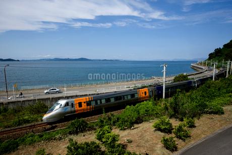 特急列車と瀬戸内海の写真素材 [FYI01825254]