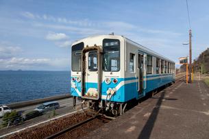 下灘駅のローカル列車の写真素材 [FYI01825294]