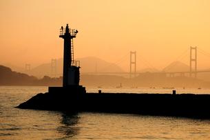 早朝の来島海峡大橋の写真素材 [FYI01825339]