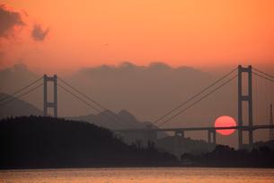 来島海峡大橋に昇る朝日の写真素材 [FYI01825404]