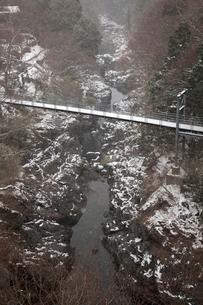 雪の渓谷に架かる橋の写真素材 [FYI01825436]