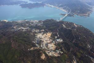 空から見た大島採石場としまなみ海道の写真素材 [FYI01825437]