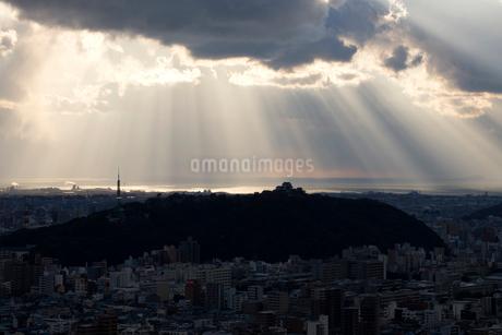 城山に降り注ぐ斜光の写真素材 [FYI01825466]