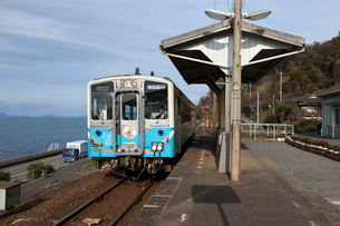 JR四国の下灘駅のローカル列車の写真素材 [FYI01825483]