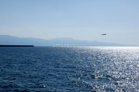 光る海と飛行機の写真素材 [FYI01825620]