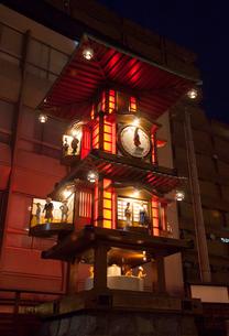 夜の坊っちゃんからくり時計の写真素材 [FYI01825685]