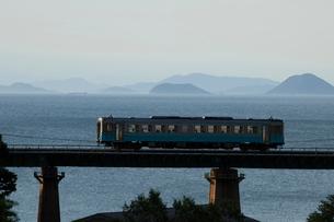 串の鉄橋を渡るローカル列車の写真素材 [FYI01825694]