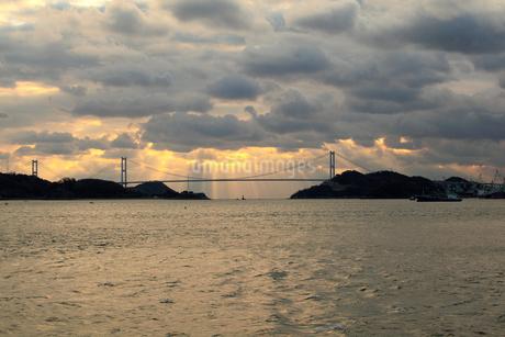 来島海峡大橋と朝の光の写真素材 [FYI01825769]