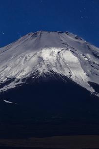月夜の富士山の写真素材 [FYI01825824]