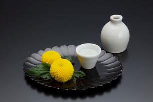菊型の盆と菊と酒器の写真素材 [FYI01825831]