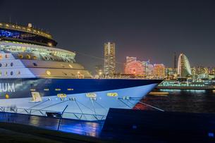セレブリティ・ミレニアム 大桟橋へ入港の写真素材 [FYI01825865]