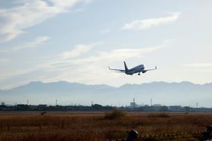 石鎚山と飛び立つジェット機の写真素材 [FYI01825891]
