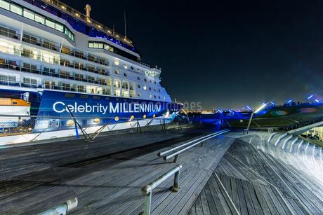 セレブリティ・ミレニアム 大桟橋へ入港の写真素材 [FYI01825949]