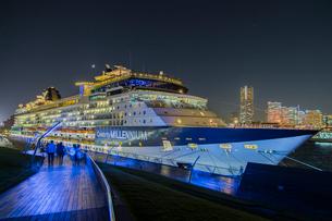セレブリティ・ミレニアム 大桟橋へ入港の写真素材 [FYI01825951]