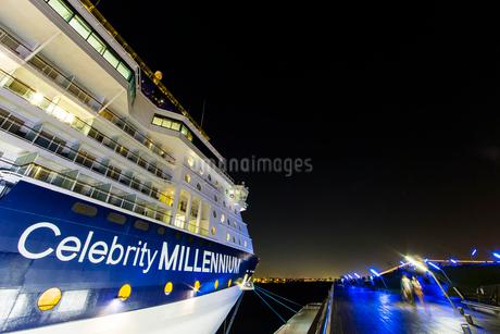 セレブリティ・ミレニアム 大桟橋へ入港の写真素材 [FYI01825954]