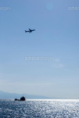 光る海と飛行機の写真素材 [FYI01825992]
