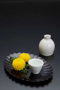 菊型の盆と菊と酒器の写真素材 [FYI01826015]