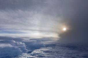 雲海に現れたハロの写真素材 [FYI01826030]