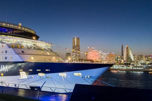 セレブリティ・ミレニアム 大桟橋へ入港の写真素材 [FYI01826131]